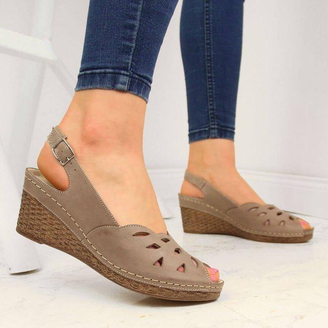 Sandały skórzane damskie na koturnie beżowe Helios 4007