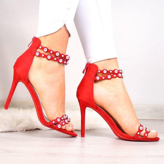 Czerwone szpilki zawsze modne. Sprawdź do czego najlepiej
